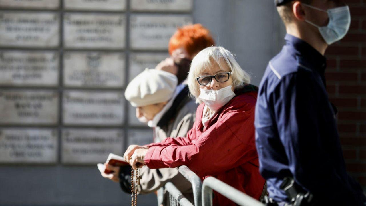 Pandemia nie zwalnia (fot. Beata Zawrzel/NurPhoto via Getty Images)