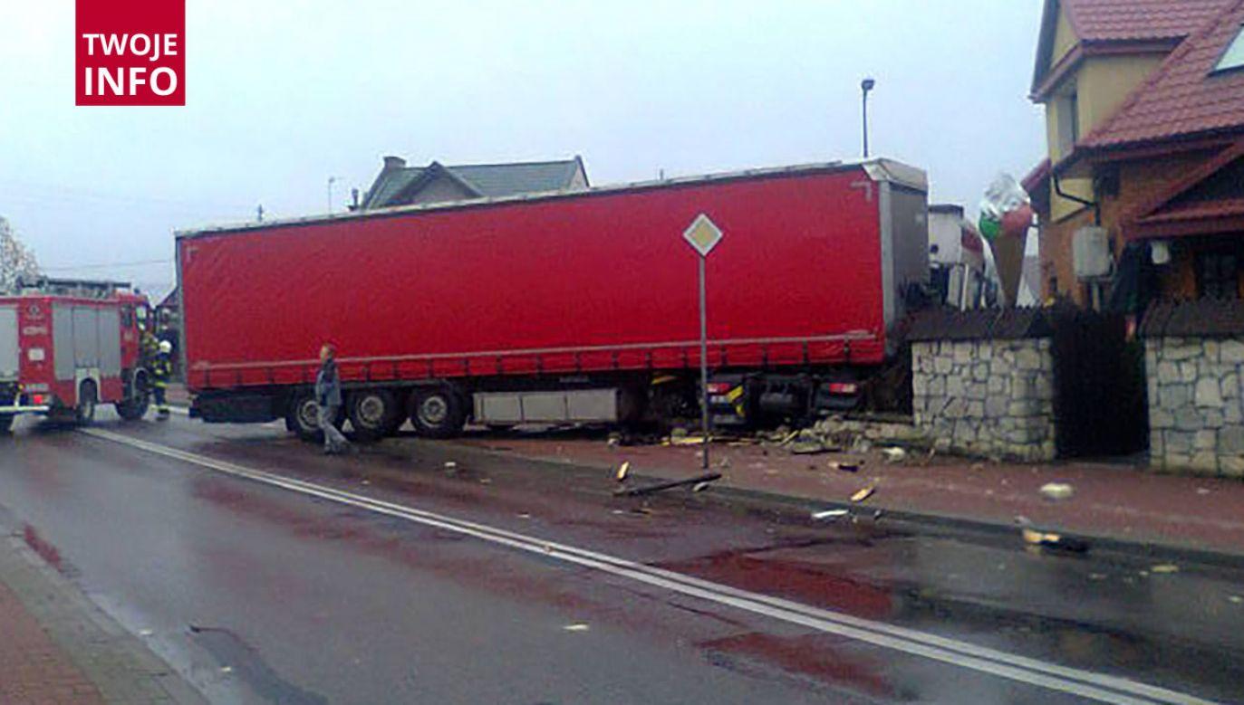 Ciężarówka wjechała w ogrodzenie pizzerii (fot. Twoje Info)