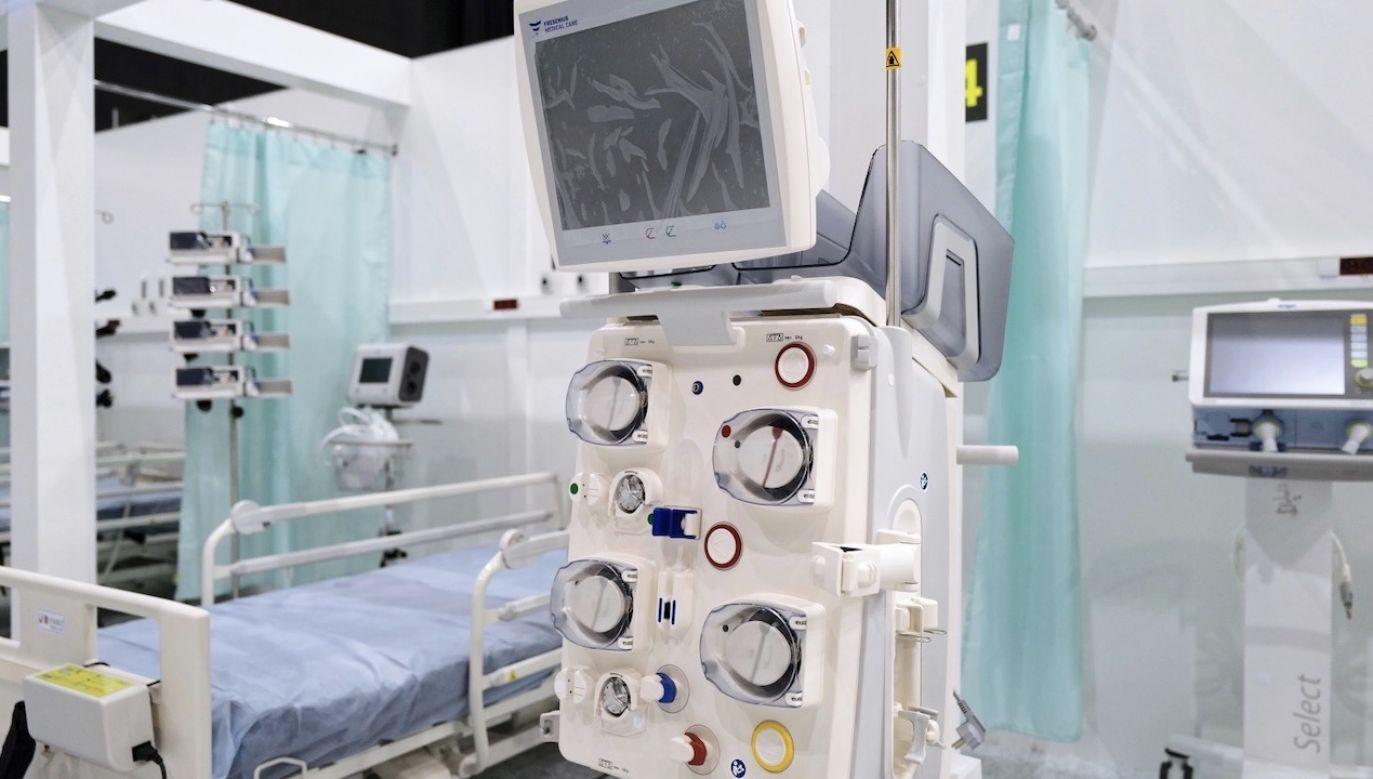 Lekarz o pracy w szpitalach tymczasowych (fot. PAP/Andrzej Grygiel)