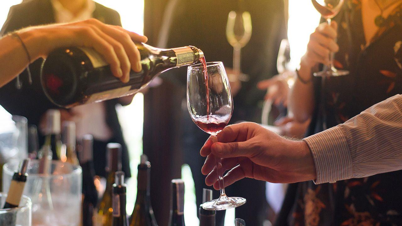 W roku winiarskim 2019/2020 do obrotu wprowadzono ponad 7108 hl wina (fot. Shutterstock/K.Decha)