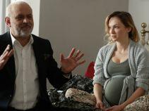 """Czas rozwiązania tuż-tuż. Marek już wszystko planuje: urlop macierzyński, przekazanie klientów... Sylwia stanowczo oponuje, zwłaszcza, gdy słyszy o swoim tymczasowym """"zmienniku"""" (fot. TVP)"""