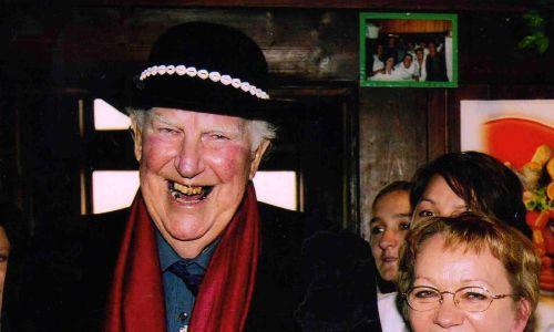 Morskie Oko odwiedził też między innymi sir Edmund Hillary (na zdjęciu obok Marii Łapińskiej), który w 1953 roku jako pierwszy człowiek w historii zdobył szczyt Mount Everest. Byli też strażacy z Word Trade Center, sporo sportowców, polityków, aktorów czy piosenkarzy. Fot. arch. prywatne Marii Łapińskiej, schronisko Morskie Oko