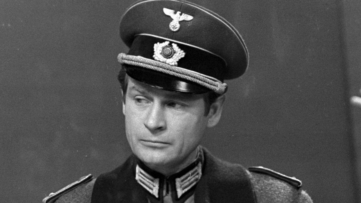 Choć wydaje się, że na potrzeby serialu Hans Kloss jeszcze wyprzystojniał (fot. Zygmunt Januszewski/TVP)
