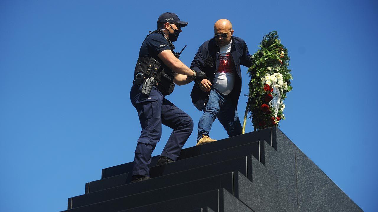 Sympatycy opozycji sprofanowali pomnik upamiętniający ofiary katastrofy (fot. Forum/Adam Chelstowski)