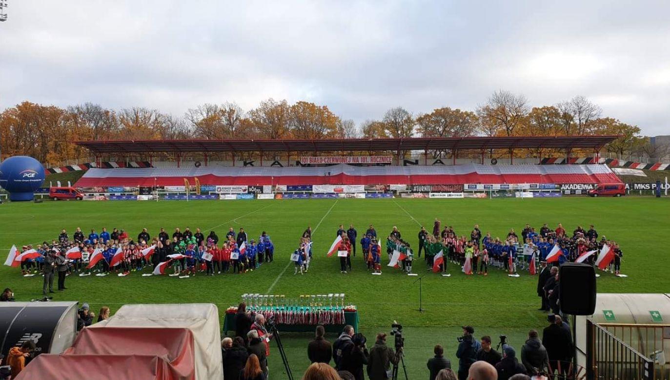 350 młodych piłkarzy symbolicznie dokończyło rozgrywki polskiej ligi z 1939 roku (fot. facebook.com/SKSPNiezwyciezeni)