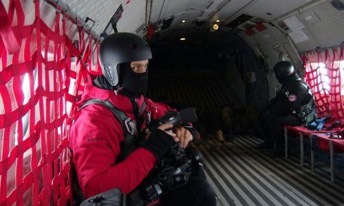 Podczas tego lotu pasażerowie mają na głowach kaski, są ciasno opięci szelkami bezpieczeństwa. Fot. Paweł Szot