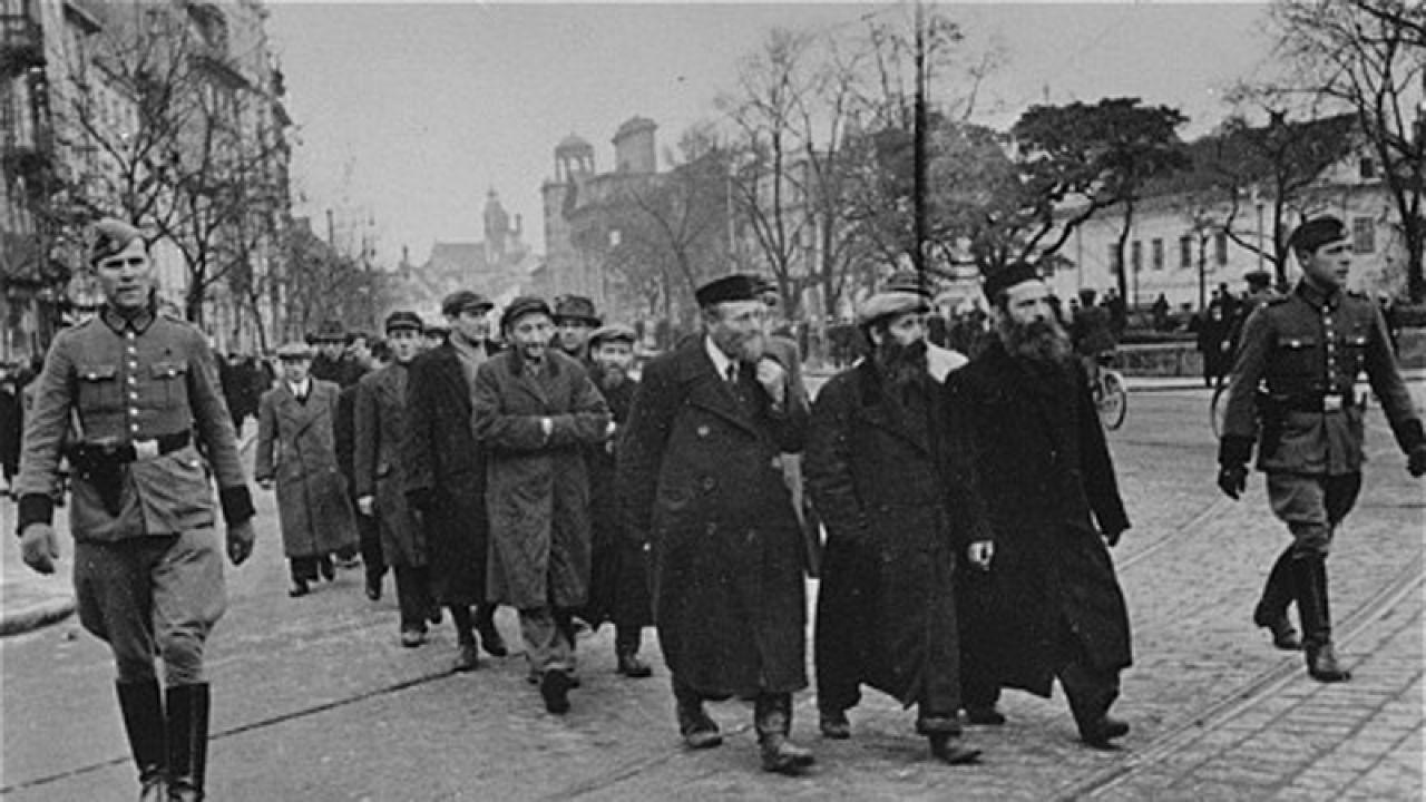 Żydzi z warszawskiego getta eskortowani do pracy (fot. Wikimedia Commons)