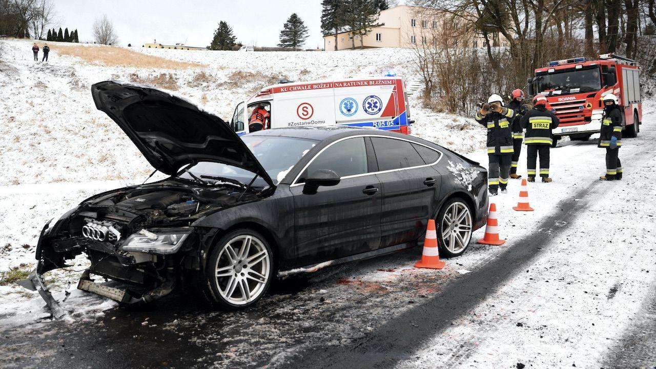 Kierowca audi trafił do szpitala (fot. PAP/Darek Delmanowicz)