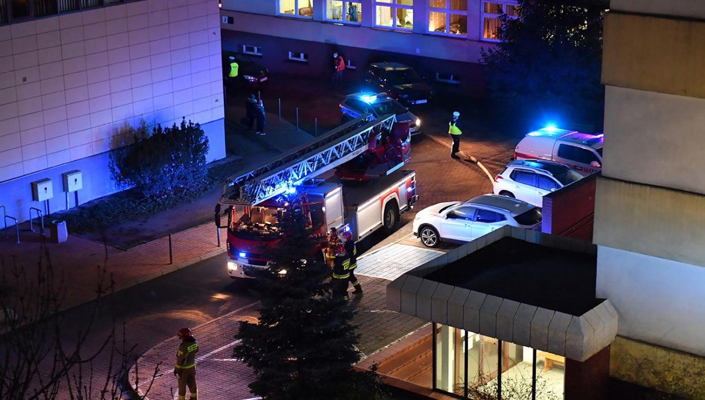 """Pożar wybuchł w budynku """"K"""" szczecińskiego szpitala (fot.  PAP/Marcin Bielecki)"""
