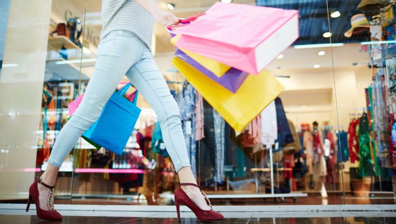 Z uwagi na epidemię koronawirusa w wielu sklepach został określony limit klientów przebywających w środku (fot. Shutterstock/Syda Productions)