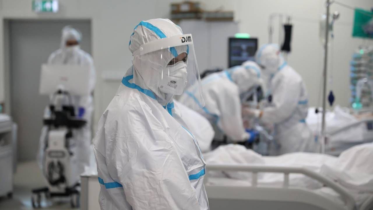 Praca w służbie zdrowia w czasie pandemii jest szczególnie trudna (fot. PAP/Leszek Szymański)