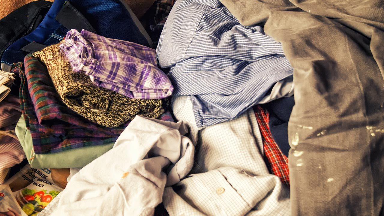 Co roku na całym świecie wyrzuca się około 100 milionów ton tekstyliów (fot. Shutterstock/silvermarijana)