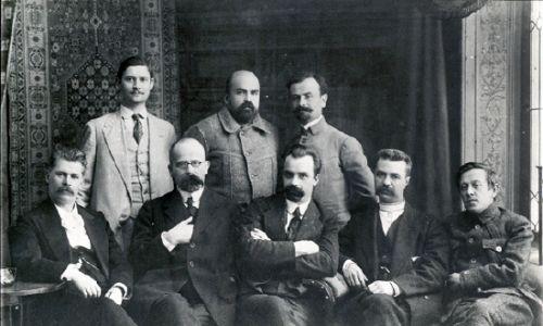 Sekretariat Ukraińskiej Centralnej Rady 1917. Stoją od lewej: Pawło Chrystiuk, Mykoła Stasiuk, Borys Martos. Siedzą: Iwan Steszenko, Chrystofor Baranowskyj, Wołodymyr Wynnyczenko, Serhij Jefremow, Symon Petlura. Fot. Wikimedia Commons/autor nieznany - [1], Domena publiczna, https://commons.wikimedia.org/w/index.php?curid=22543004
