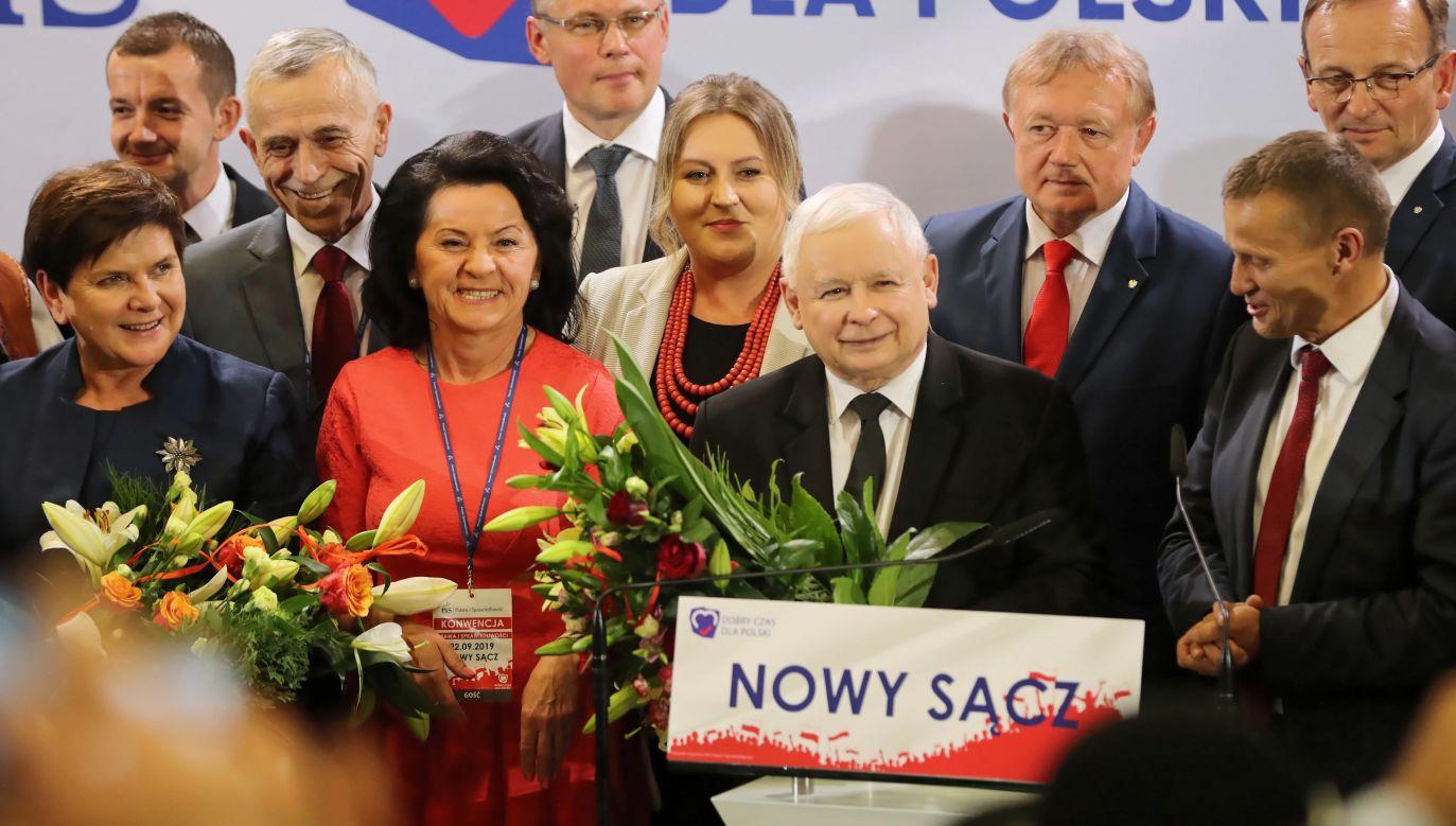 Prezes Prawa i Sprawiedliwości Jarosław Kaczyński oraz eurodeputowana Beata Szydło i posłanka Anna Paluch (fot. PAP/Grzegorz Momot)