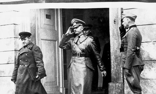 Tajny protokół do paktu nazistowsko-radzieckiego, podpisany na tydzień przed inwazją Hitlera na Polskę, mówił o podziale terenów II RP między Rosjan i Niemców. Tutaj oficer niemiecki i rosyjski spotykają się w Białymstoku, aby ustalić linie demarkacyjne. Fot. © CORBIS / Corbis via Getty Images
