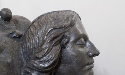 Głowa kobiecego posągu z mauzoleum Zofii, księżnej Lubomirskiej z Opalińskich, w kościele farnym w Końskowoli. Według przekazu ta pamiątka została ufundowana przez pogrążonego w żałobie męża Zofii. Czy wiernie przedstawia oblicze nieboszczki? Nie wiadomo. Fot. T. Kozłowski