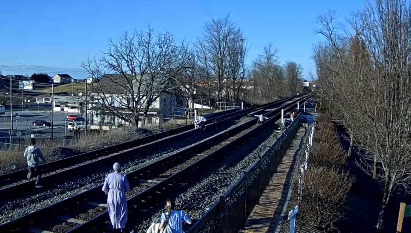 Gdy pojawił się pociąg, okazało się, że czasu jest mniej, niż myśleli (fot. youtube/Virtual Railfan)