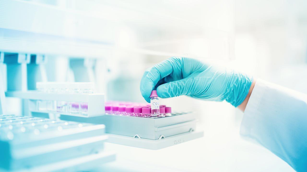 """Jedna """"literka"""" w zapisie DNA genomu człowieka może stanowić o życiu a śmierci (fot. Shutterstock/bogdanhoda)"""