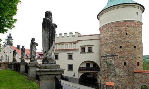 Dom Barianów-Rokickich z zewnątrz. Przylega do dobrze zachowanej baszty obronnej. Fot. PAP/Michał Zieliński