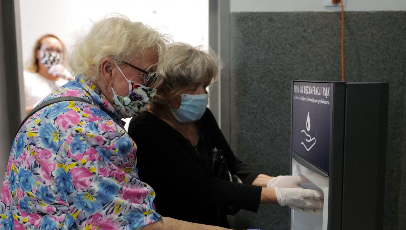 Głoswanie w lokalu wyborczym nr 83 w Gliwicach (fot.PAP/Andrzej Grygiel)