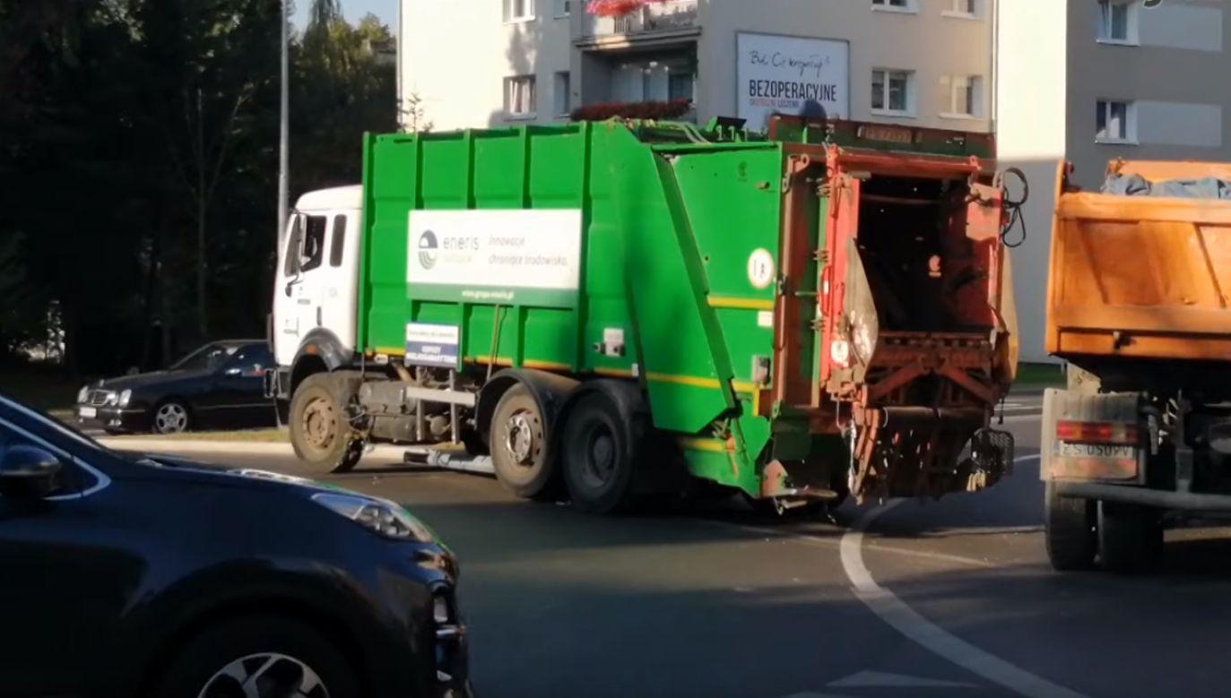 Śmieciarka bez kierowcy staranowała kilka samochodów (fot. gorzowianin.com)