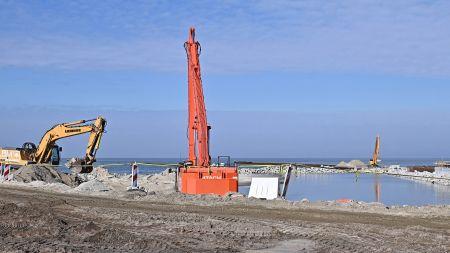 Budowa drogi wodnej łączącej Zalew Wiślany z Zatoką Gdańską (przekop Mierzei Wiślanej) w Skowronkach (fot. PAP/Marcin Gadomski)