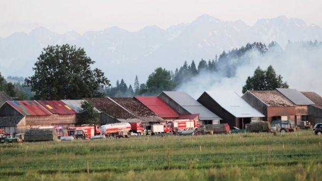 Na miejsce pożaru ściągnięto 35 jednostek Straży Pożarnej (fot.PAP/Grzegorz Momot)