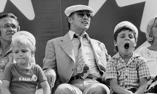 """Czerwiec 1978 r. w Vanleek Hill, Ontario w Kanadzie. Premier Pierre Trudeau z sześcioletnim synem Justinem (po prawej) i czteroletnim Aleksandrem """"Sachą"""" oglądają paradę podczas uroczystości św. Jerzego Baptysty. Trudeau obchodził 10. rocznicę objęcia funkcji premiera Kanady. Fot. Getty Images"""