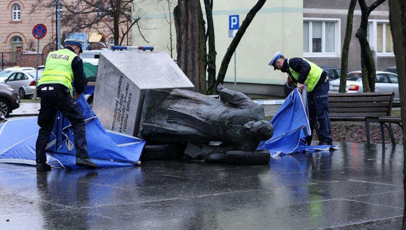 Do przewrócenia monumentu stojącego niedaleko kościoła św. Brygidy w Gdańsku doszło w nocy z 20 na 21 lutego 2019 roku (fot. arch. PAP/Marcin Gadomski)