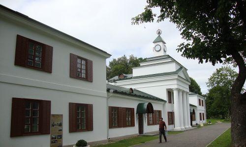 Pałac Ogińskich w Zalesiu. W drugiej połowie XIX wieku opuszczony, niszczał. Duże zasługi w ratowaniu pałacu i parku położyła ostatnia ich właścicielka Maria Żebrowska. Po przebudowie urządziła w pałacu letnisko. Pałac przetrwał II wojnę światową i czasy radzieckie. Do dziś zachowała się również lipowa aleja wio-dąca do pałacu oraz niektóre fragmenty parku w stylu angielskim oraz półokrągła altanka w stylu romantycznym. Fot. Beata Zubowicz