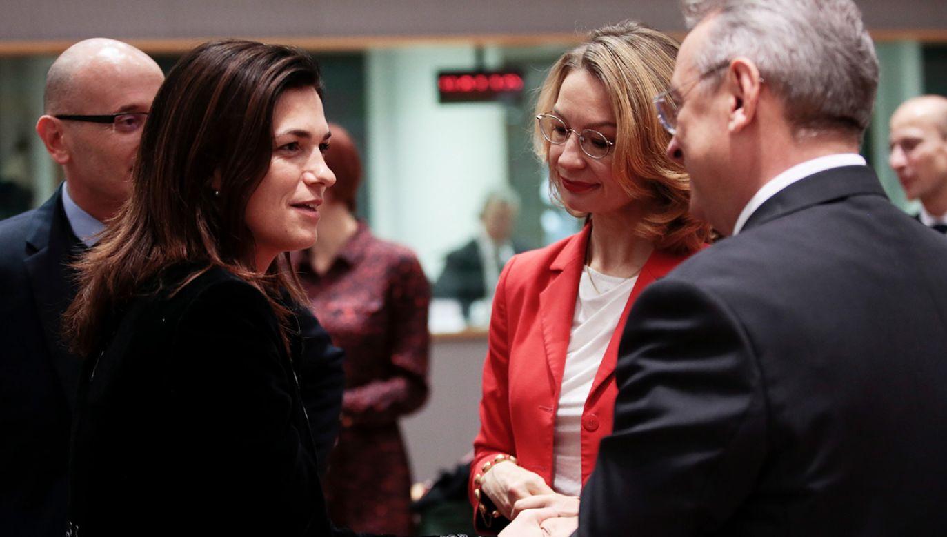 """Przed przesłuchaniem Judit Varga (L) mówiła, że jest ono najnowszą """"kolejną odsłoną politycznego polowania na czarownice"""". Na prawo od niej stoi Tytti Tuppurainen (fot. PAP/EPA/OLIVIER HOSLET)"""