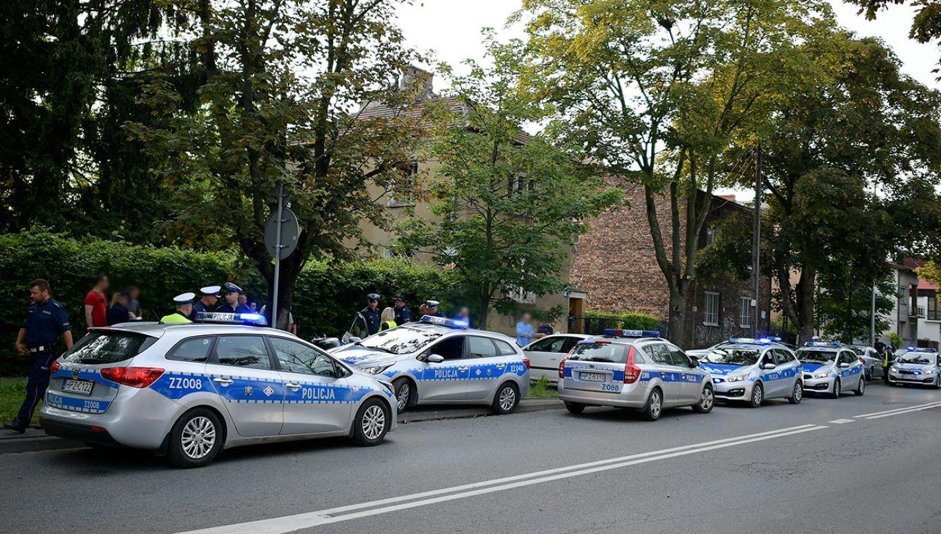 W obławie na mężczyznę brało udział kilkudziesięciu funkcjonariuszy i policyjny śmigłowiec (fot. PAP/Marcin Obara)