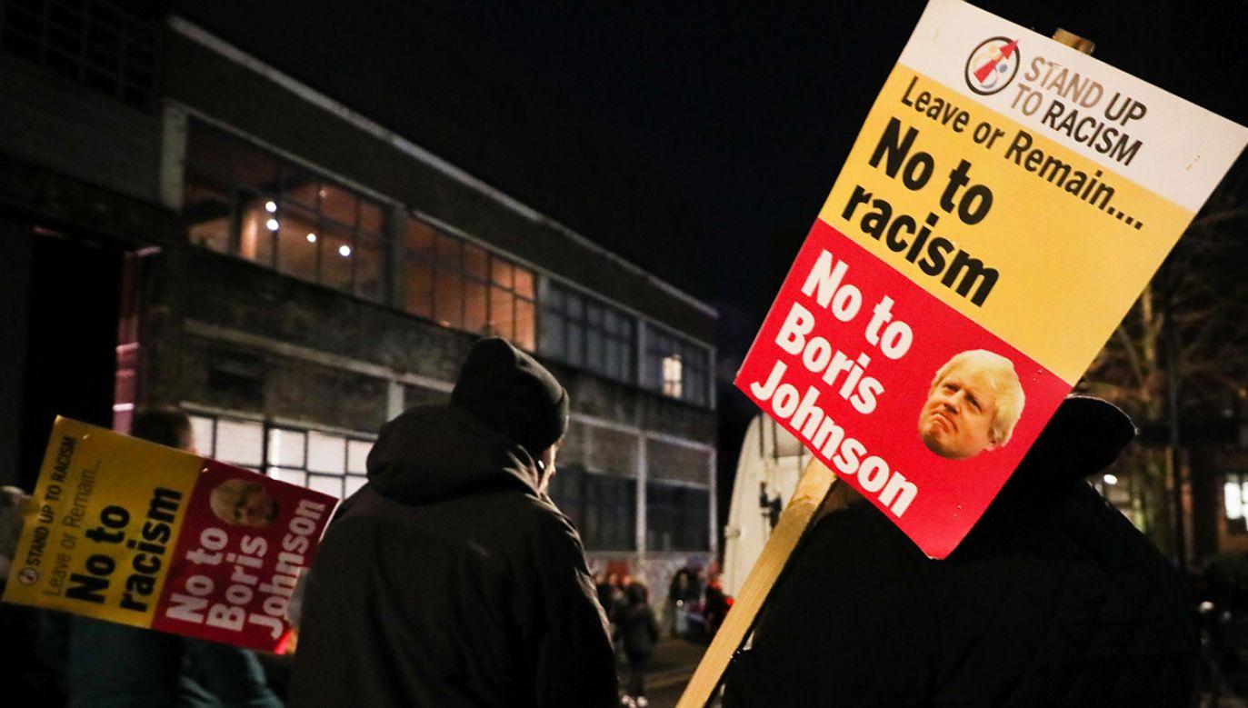 """Demonstrujący krzyczą: """"Boris Johnson – nie mój premier"""" (fot. Beata Zawrzel/NurPhoto via Getty Images)"""
