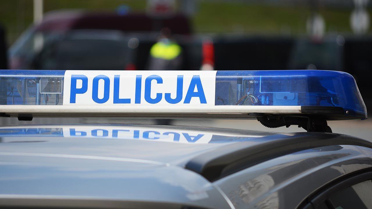 Policjanci oddali strzały w opony samochodu (fot. Shutterstock/DarSzach)
