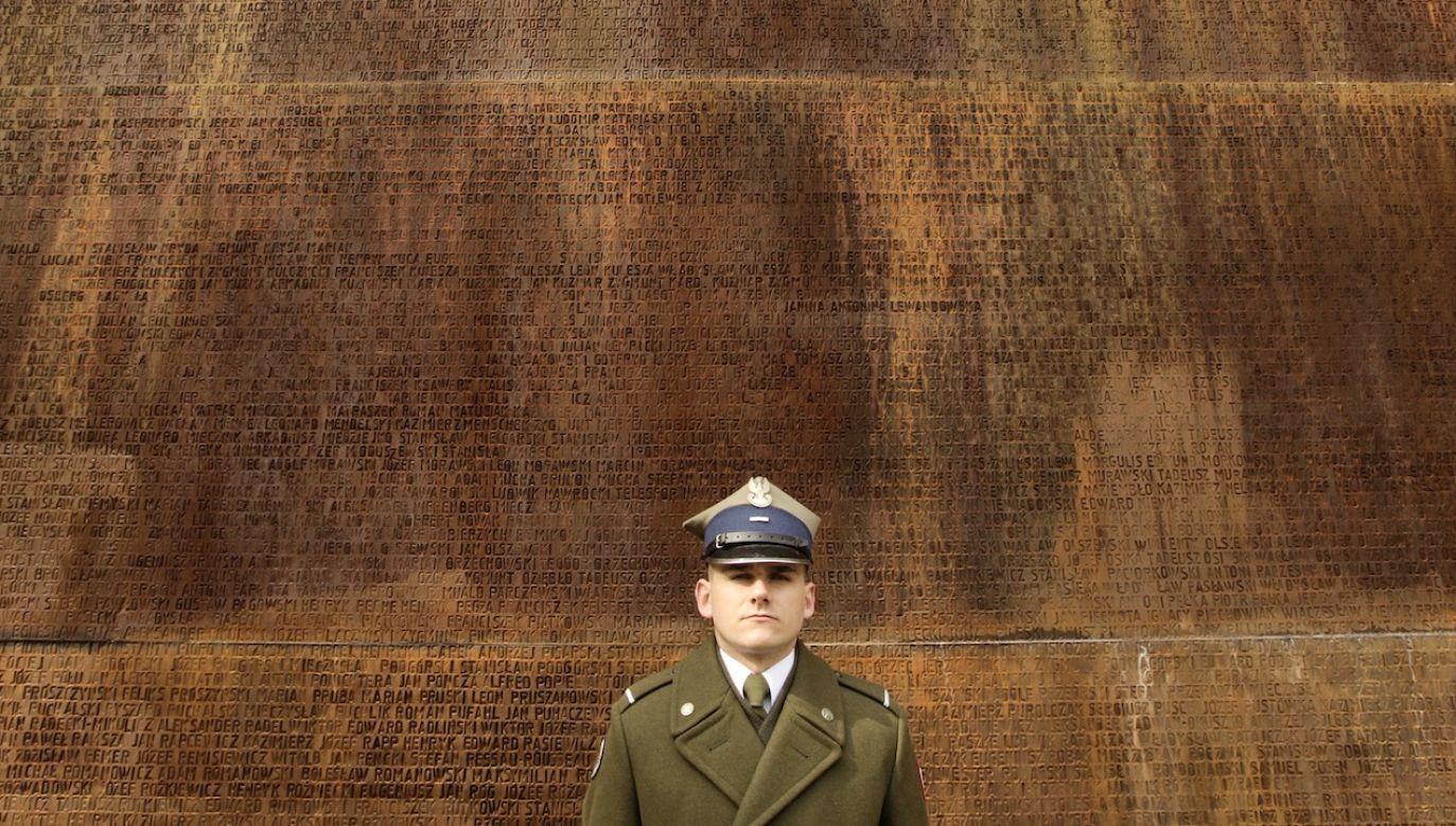 Wirtualna ekspozycja na planie terenu przy Grobie Nieznanego Żołnierza w Warszawie przedstawia z imienia i nazwiska ofiary zbrodni katyńskiej (fot. REUTERS/Vasily Fedosenko)