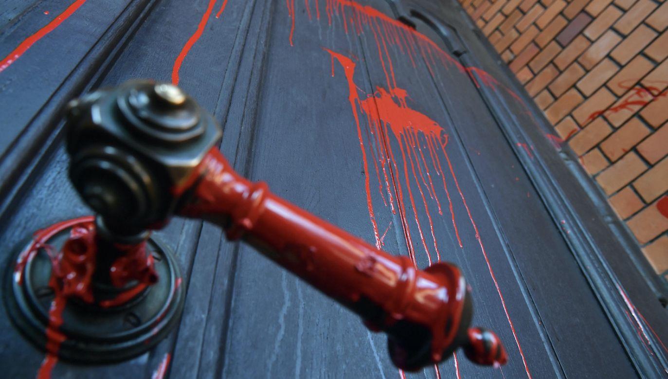 Policja zatrzymała dwóch mężczyzn ws. oblania drzwi kościoła farbą (fot. PAP/Radek Pietruszka)