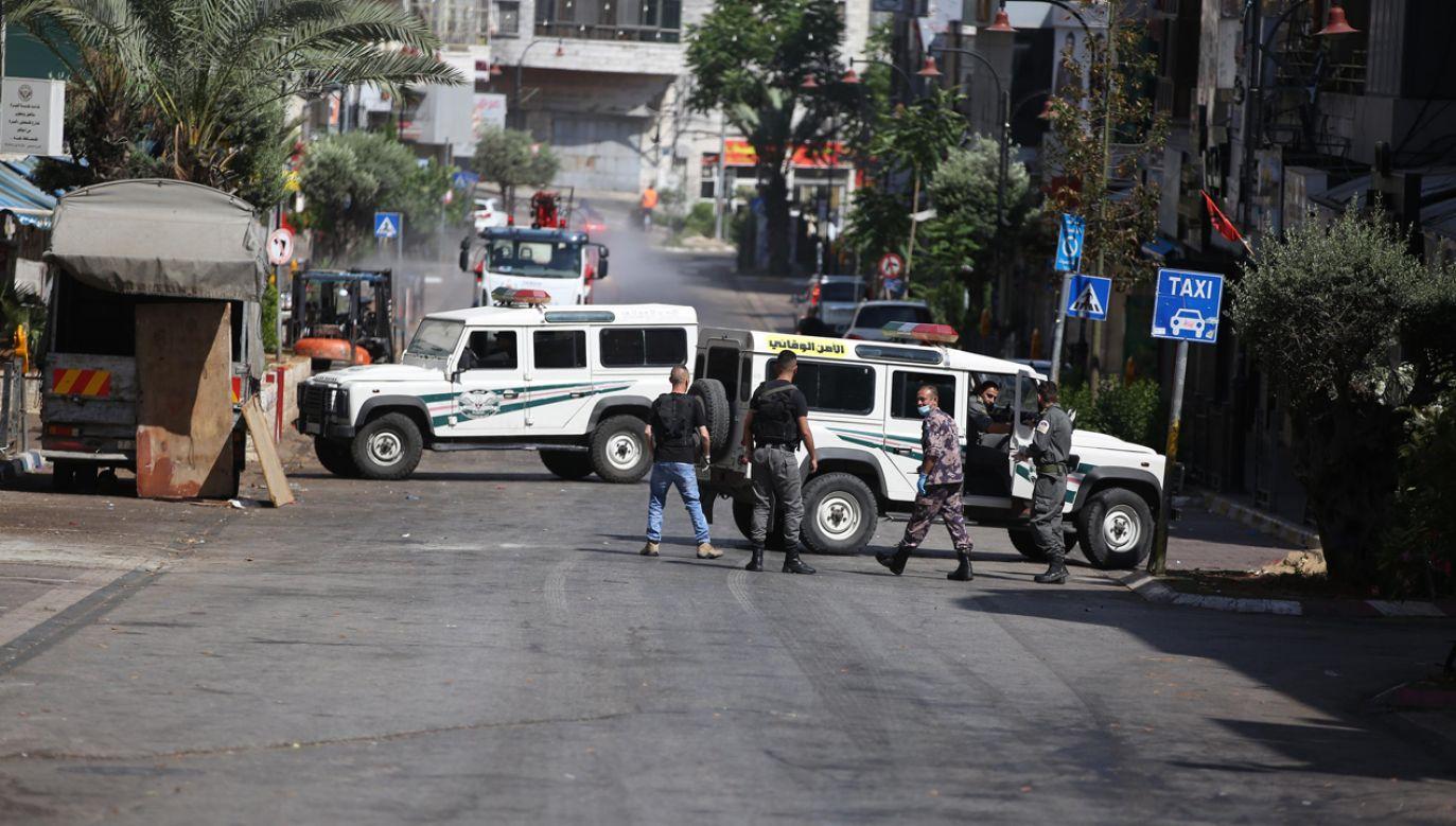 Policja pilnuje przestrzegania zasad kwarantanny na ulicach Ramallah w środkowej Palestynie (fot. Issam Rimawi/Anadolu Agency via Getty Images)
