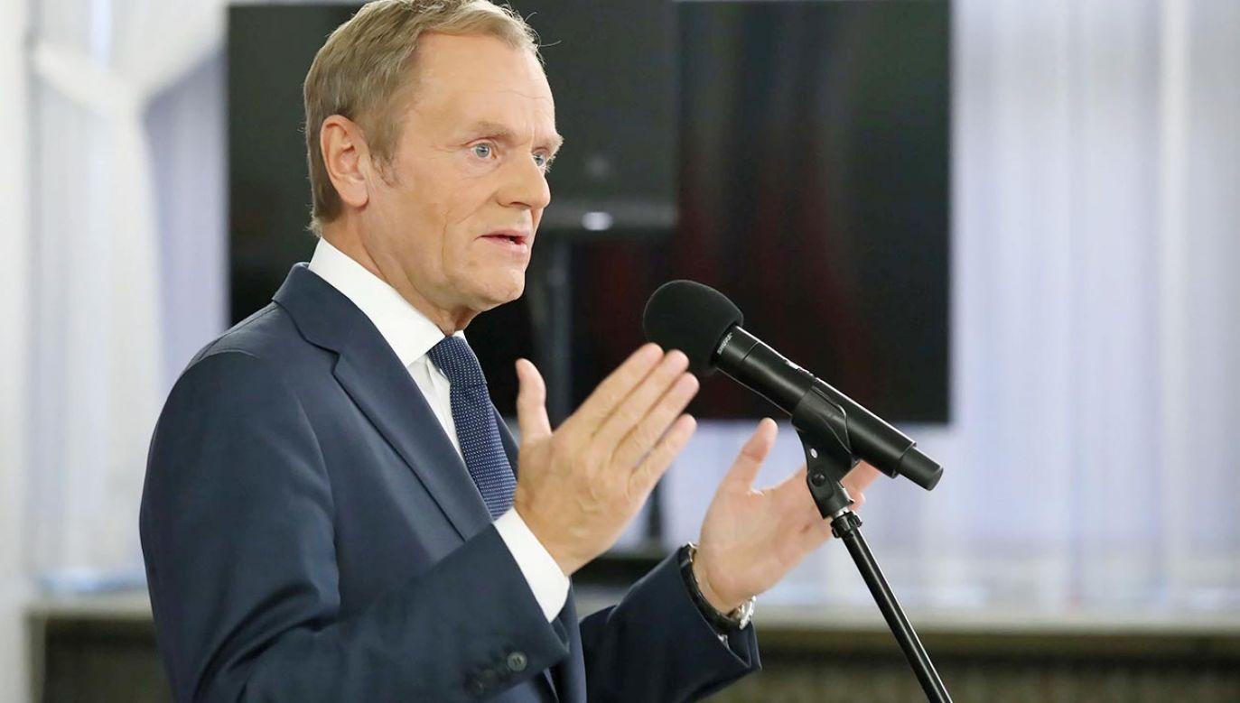 Donald Tusk atakuje polskie służby za zatrzymywanie fali imigrantów. Jaki ma cel? (fot. PAP/Tomasz Gzell)