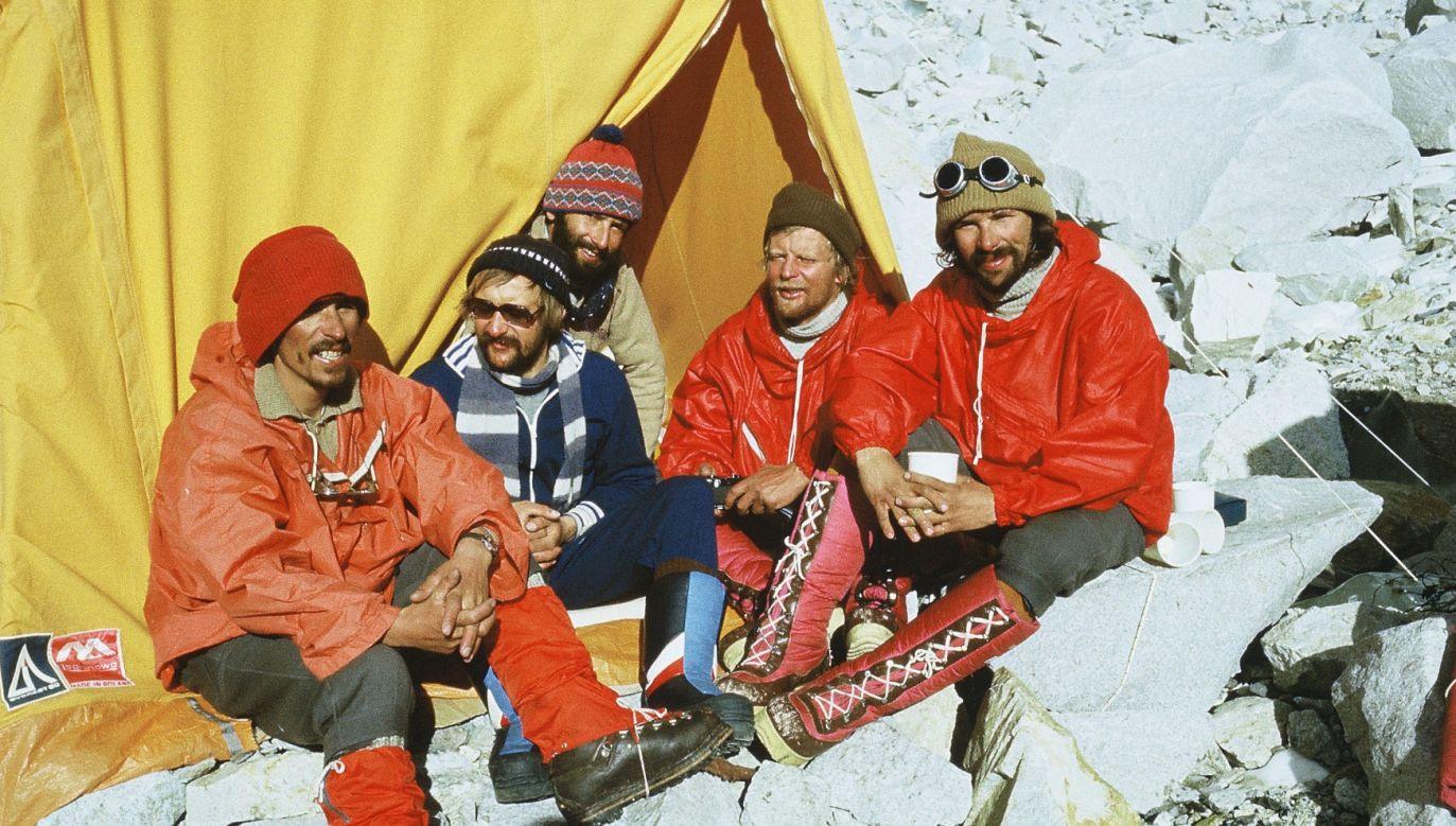 W bazie pod Mont Everest, zimą 1980 roku. Na zdjęciu od prawe: Alek Lwow, Marian Piekutowski, Janusz Mączka, Krzysiek Wielicki i Walek Fiut. Fot. Walenty Fiut.