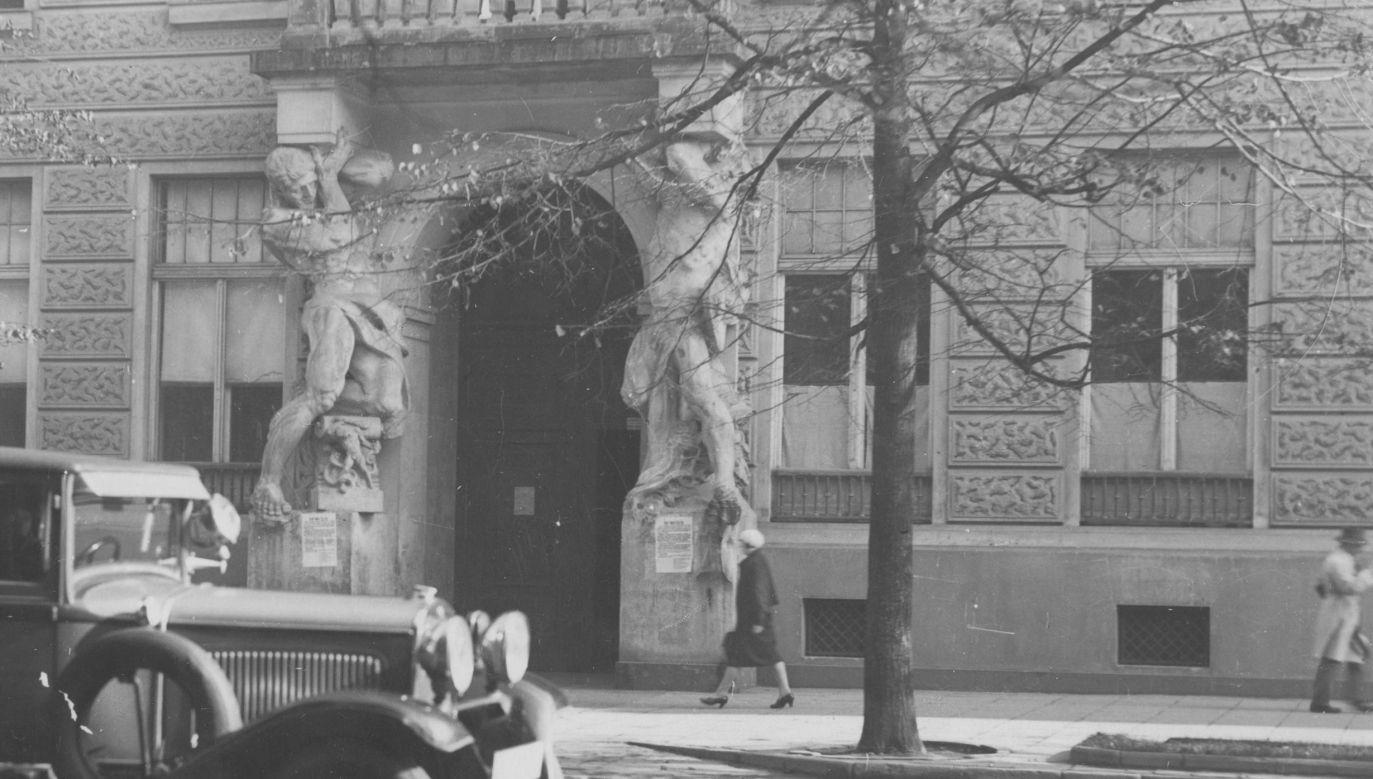 Rok 1930. Warszawa. Aleje Ujazdowskie 36 (dziś 24). Fasada domu pod gigantami, którego właścicielami byli Strzałeccy. Fot. NAC