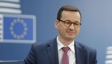 Premier Mateusz Morawiecki odniósł się również do potencjalnej kandydatury Donalda Tuska na przewodniczącego Komisji Europejskiej (fot. PAP/EPA/JULIEN WARNAND / POOL)