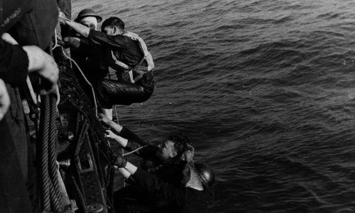 Brytyjski statek ratuje rozbitków. Fot.  Picture Post/Hulton Archive/Getty Images