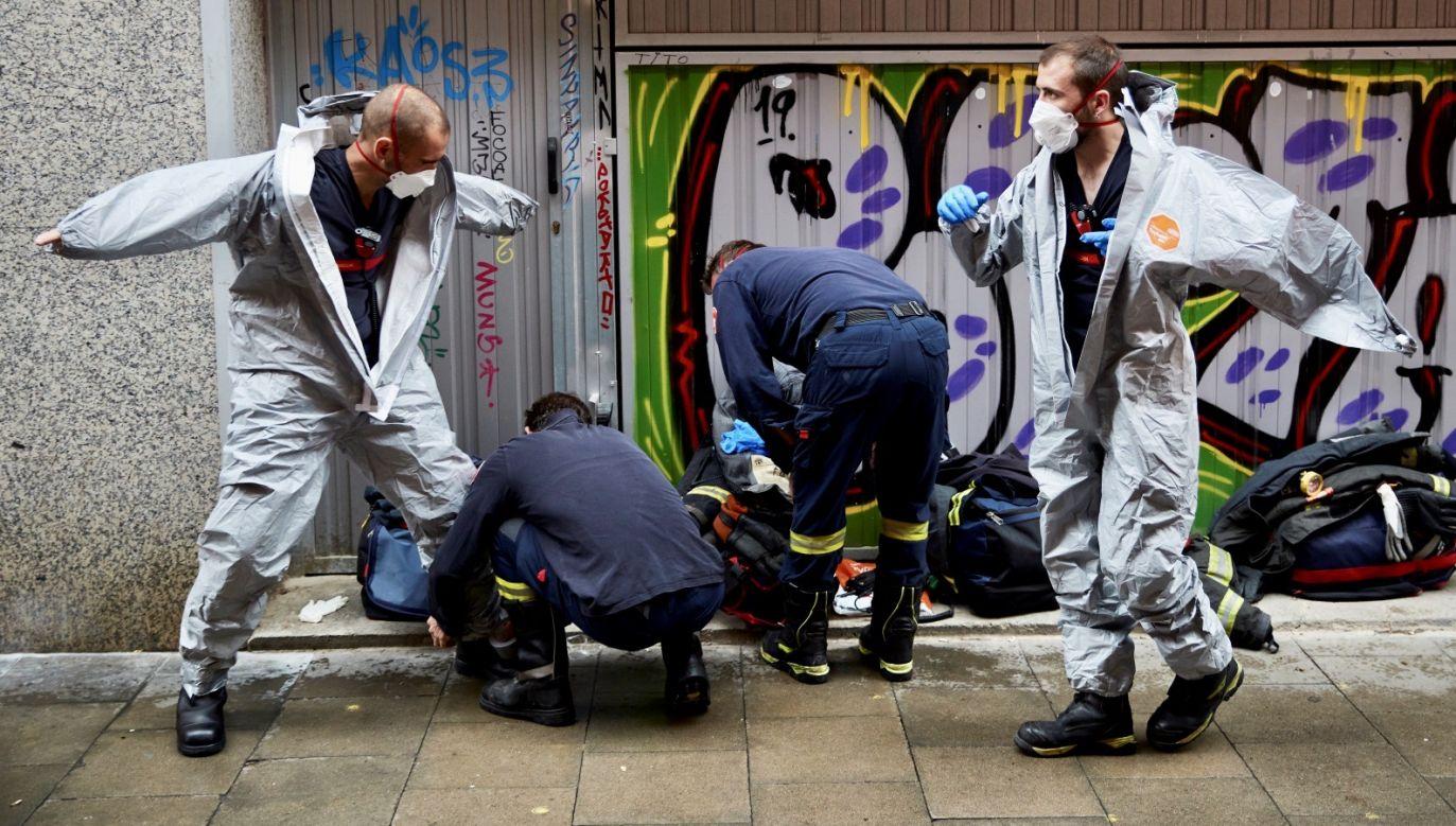 Pomiędzy wtorkiem a środą liczba zgonów na COVID-19 wzrosła w Hiszpanii o rekordowe 864 przypadki (fot. PAP/EPA/ALEJANDRO GARCIA)