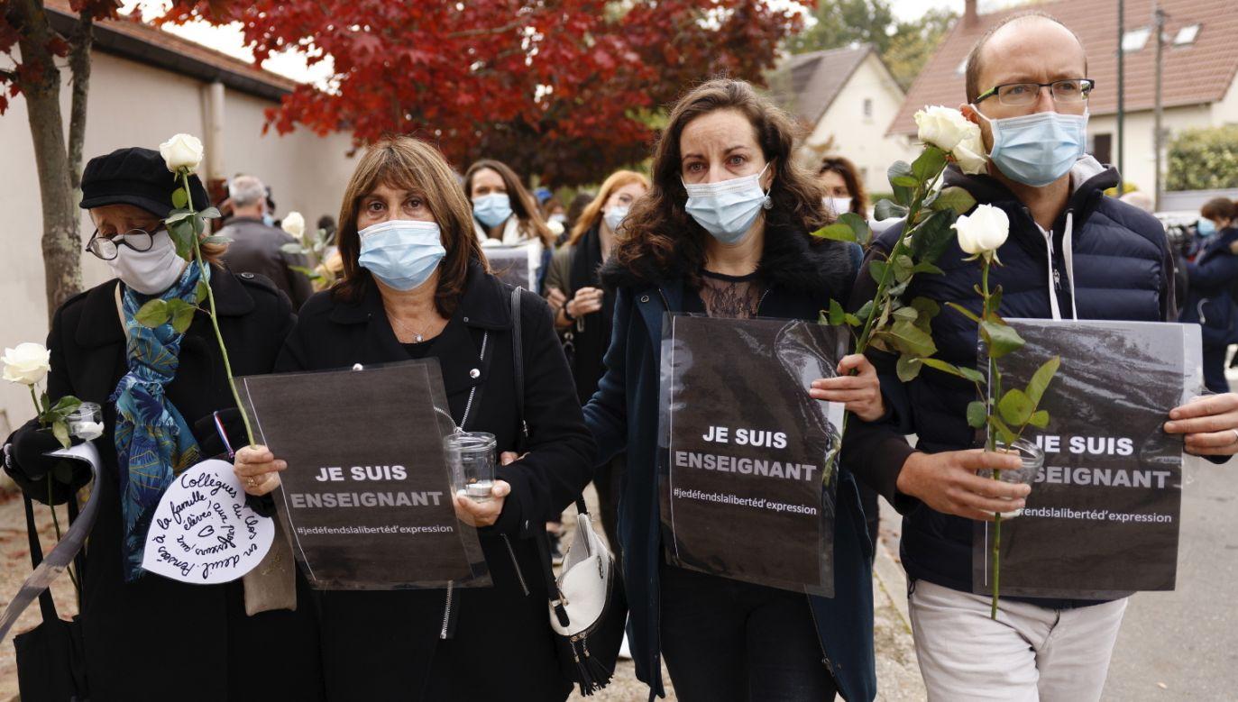 Francja. Nauczyciele, rodzice i uczniowie składają kwiaty przed szkołą (fot. PAP/EPA/YOAN VALAT)