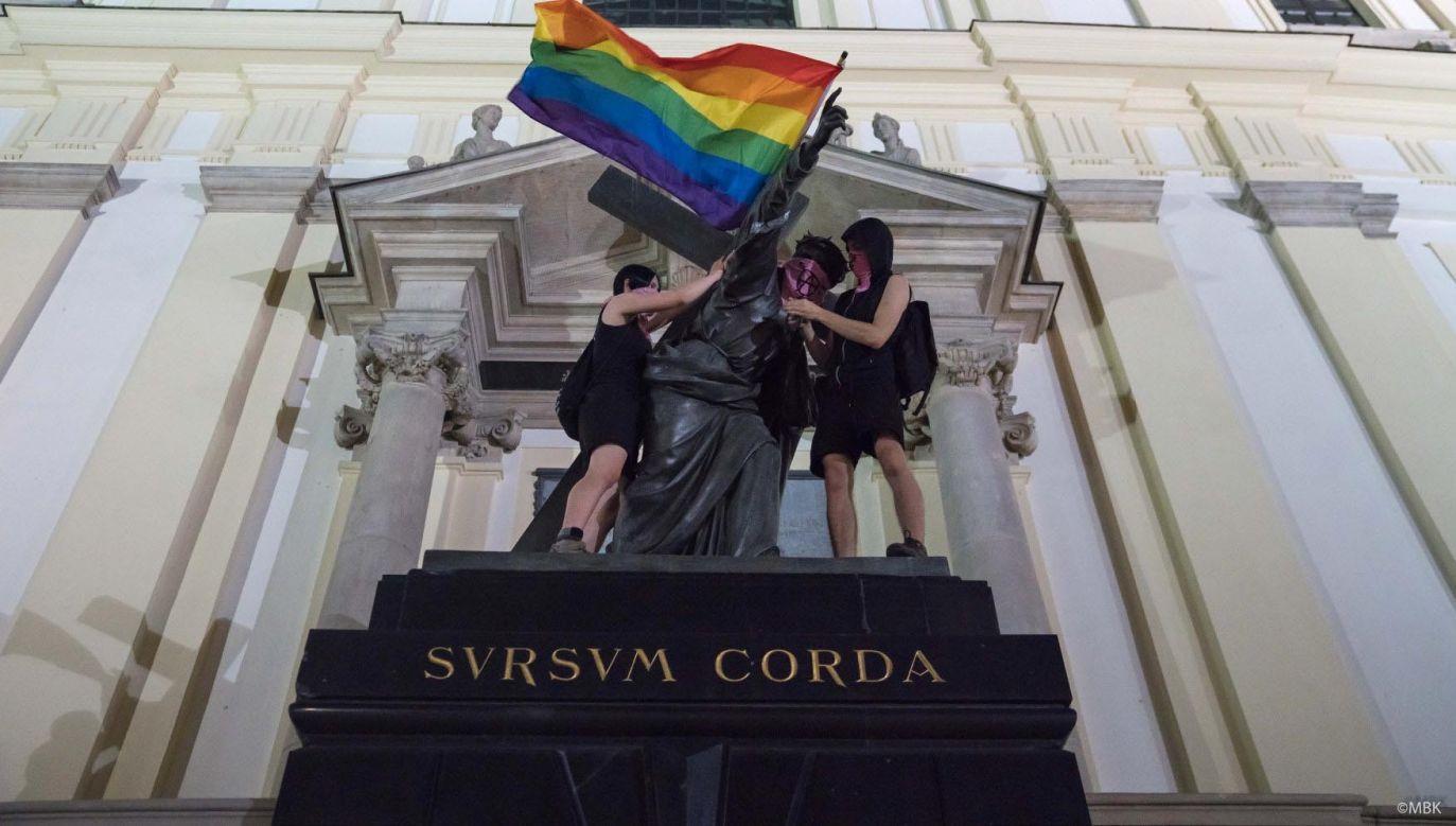 Wśród pomników, na których zawieszono flagę LGBT znalazła się figura Chrystusa  (fot. Marta Bogdanowicz/@spacerowiczka via REUTERS)