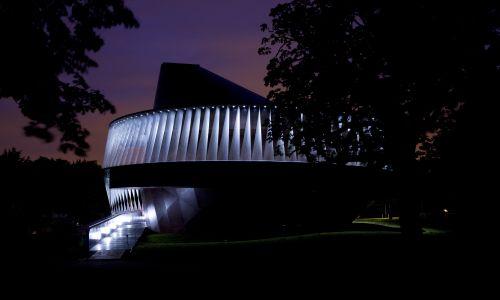 Jesienią 2007 roku artysta przeobraził londyńską Serpentine Gallery w latający talerz. Fot. View Pictures/Universal Images Group via Getty Images