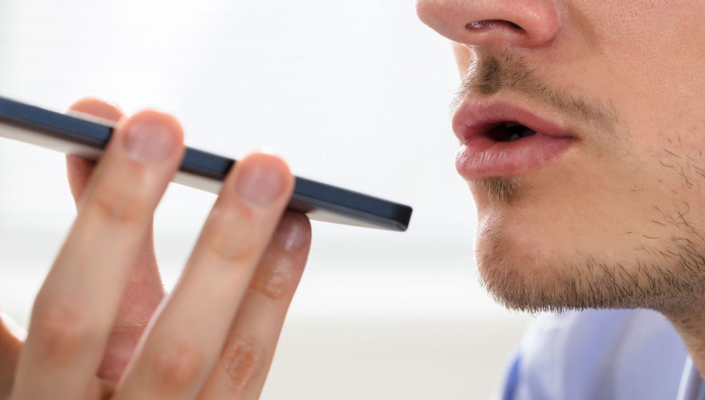 Niższy ton głosu może oznaczać ekstrawertyzm (fot. Shutterstock)