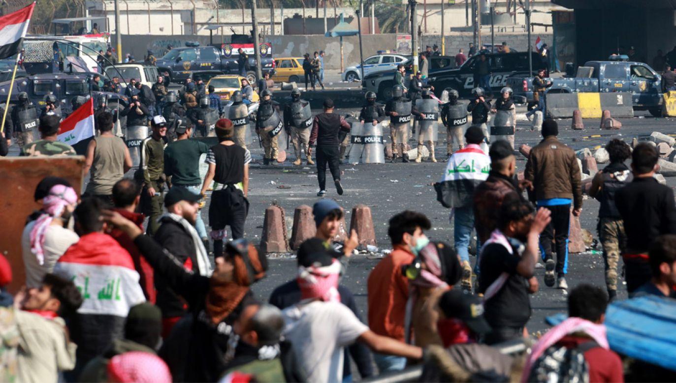 Irakijczycy protestują przeciwko biedzie i korupcji władz kraju (fot. PAP/EPA/AHMED JALIL)