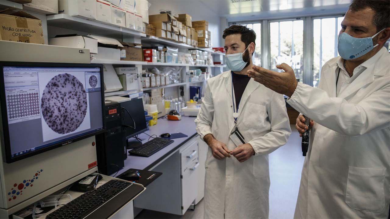 Niemiecki rząd zamówił w firmie IDT Biologika GmbH 5 milionów dawek szczepionki (fot. PAP/EPA/FABIO FRUSTACI)