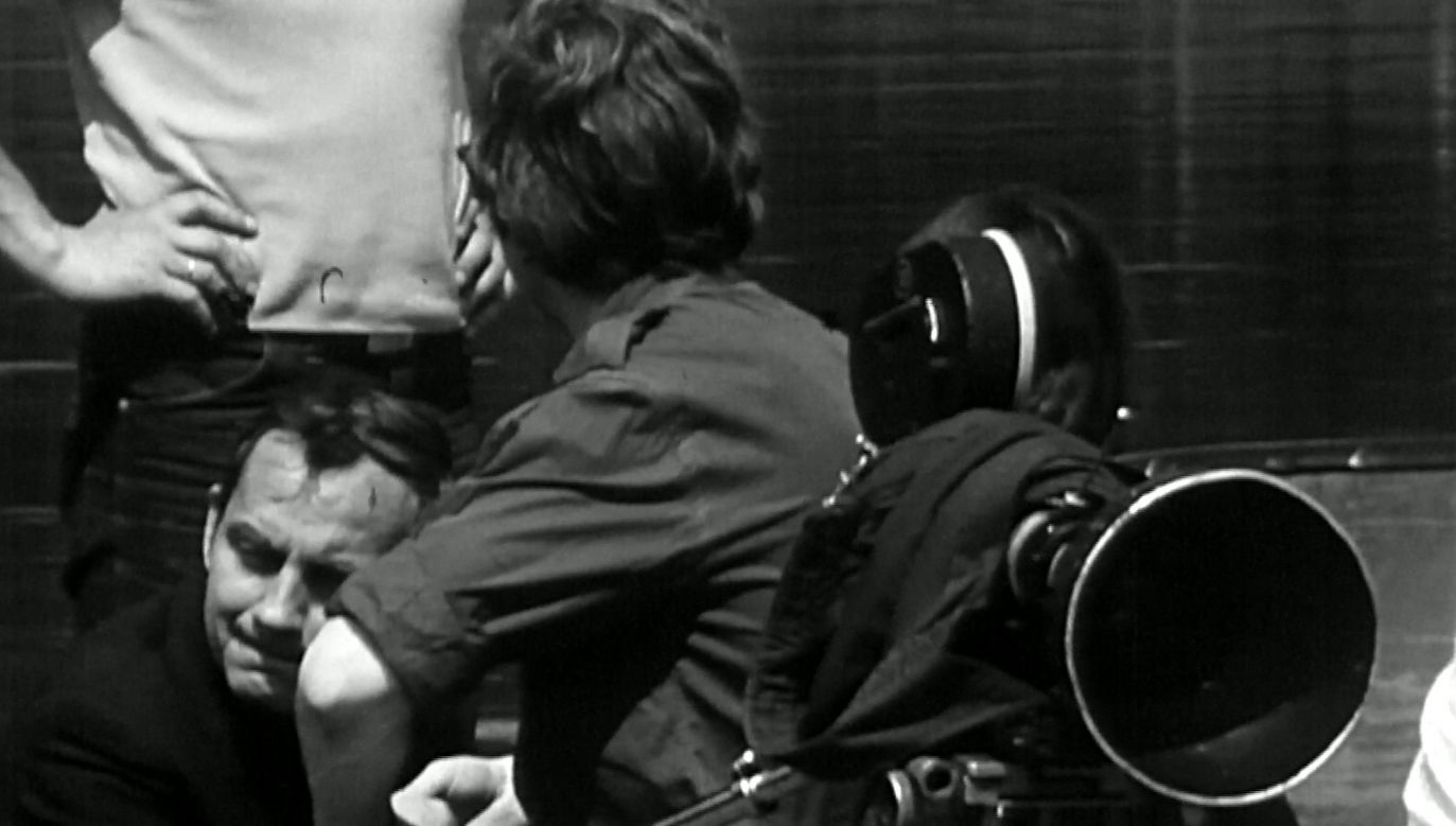 """Krzysztof Gruszczyński pisał scenariusze filmowe i był żywiołowy – idąc ulicą był gotów wdać się w rozmowę z kolejnym przechodniem, który zwrócił jego uwagę. Fot. kadr z programu """"Z pamięci"""" odc. 119, printscreen"""